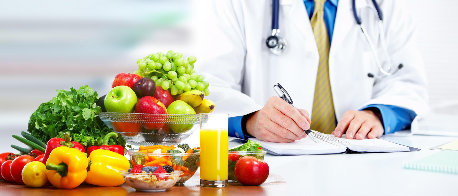 Fruktskål med en lege som jobber i bakgrunn