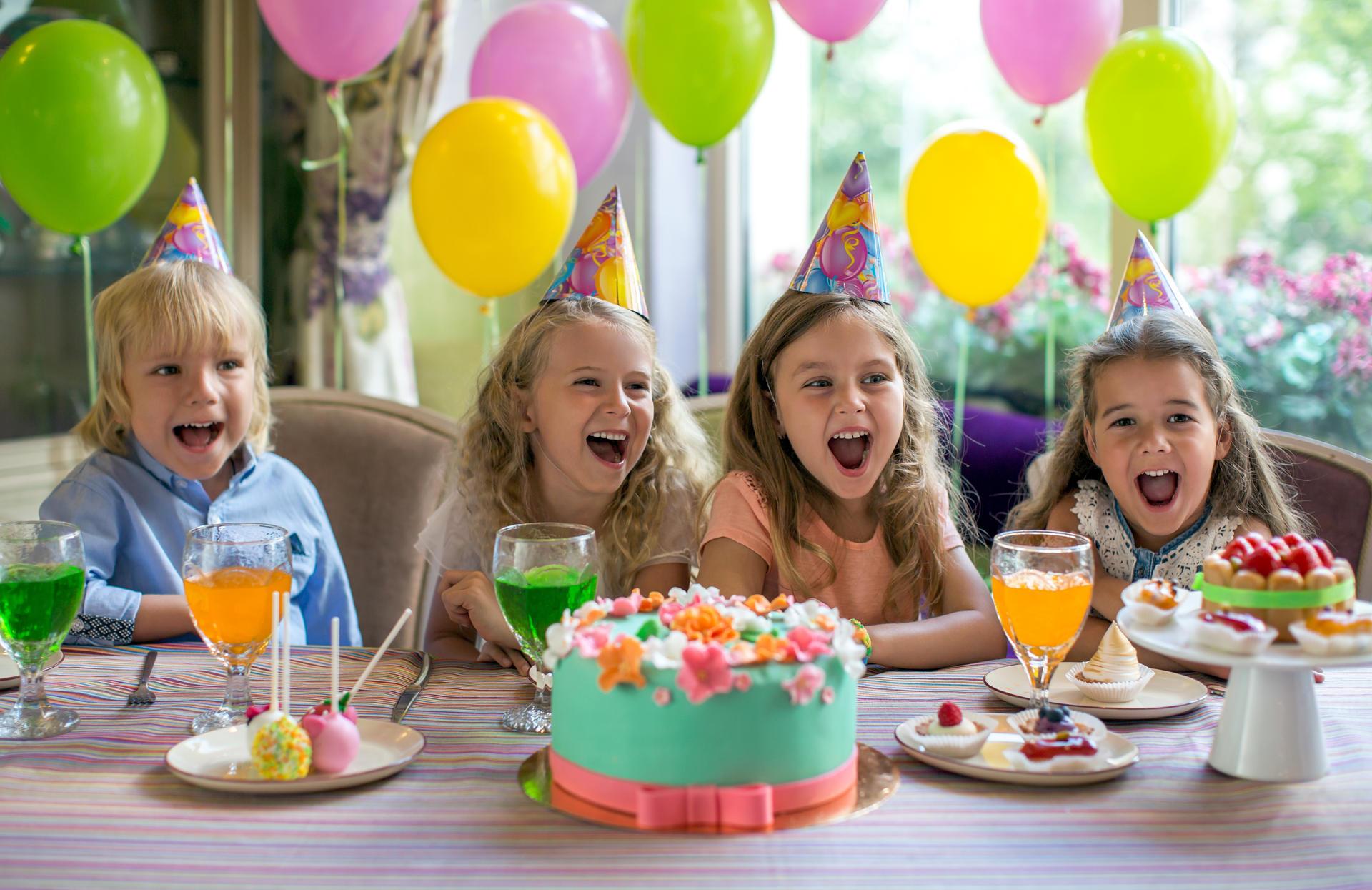 Barn som har det gøy i bursdag