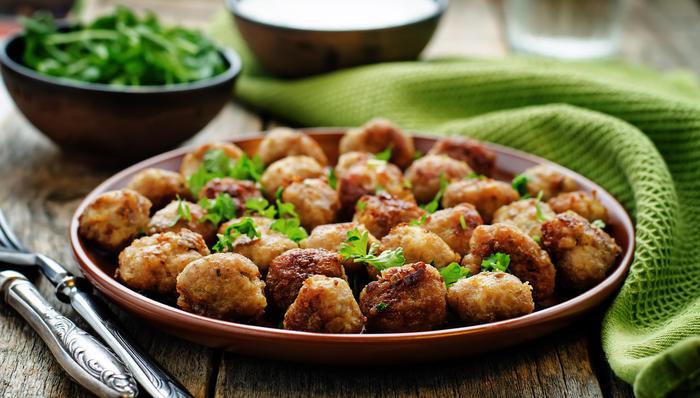 Kjøttboller på tallerken