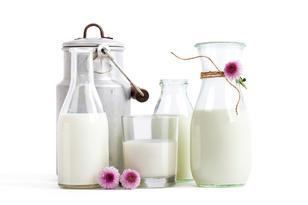 Melksespann, karaffel og glass med melk