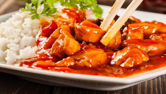 Sursøt saus med ris og kylling