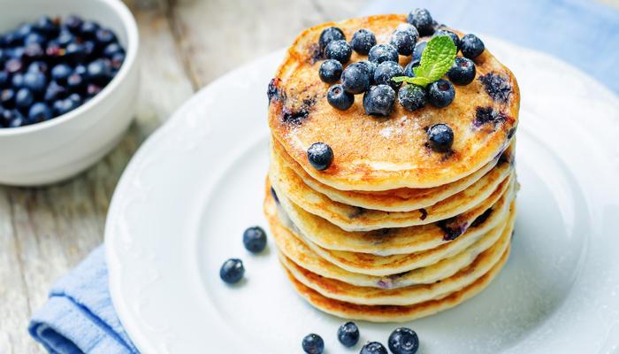 Sveler toppet med sukker og blåbær