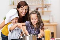 Familie lager mat